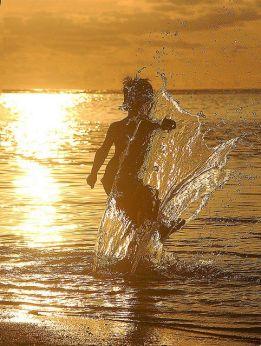 Ile maurice enfant jouant sur la plage